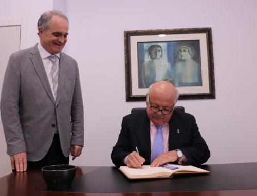 El consejero de Salud y Familias, Jesús Aguirre, realiza una visita institucional a la sede del CACOF